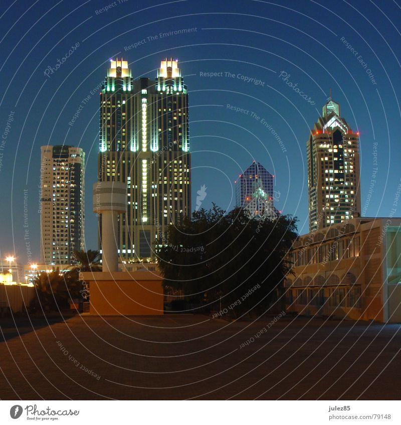 Twin Towers Dubai Nacht Licht Hochhaus Hinterhof shangri la Turm Abend blau