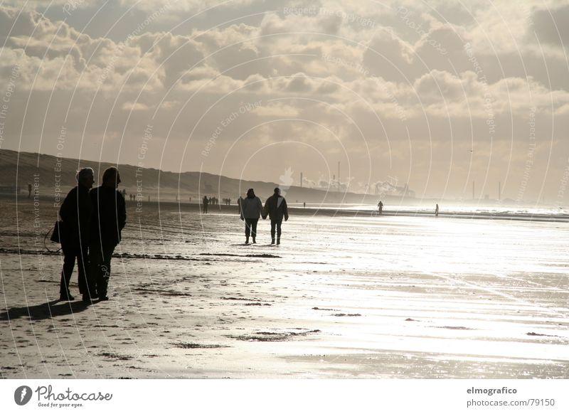 Lichtflut bei Ebbe Mensch Wasser Strand Ferne kalt Herbst Freiheit Paar Sand Landschaft hell Zusammensein Küste Erwachsene wandern
