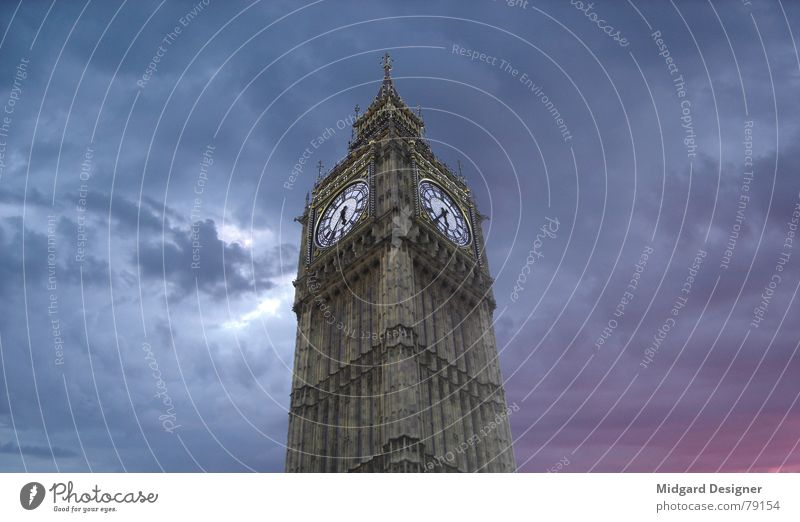 5 nach halb dunkel Himmel blau schön rot Farbe Wolken Architektur hell Zeit Stimmung rosa Uhr ästhetisch violett Abenddämmerung