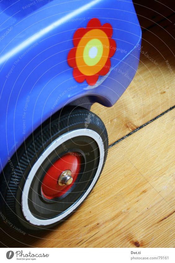 Schwertransport II blau Blume Freude Spielen PKW Kindheit fahren Güterverkehr & Logistik Kunststoff Statue Rad Fahrzeug Etikett Rolle Holzfußboden Hippie