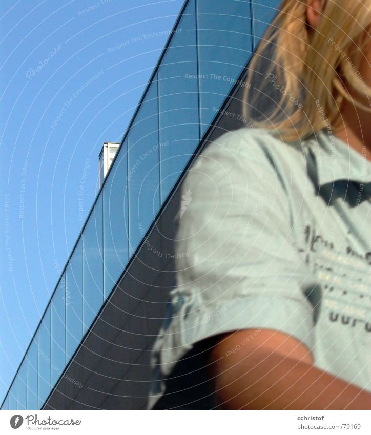 ... und weg Kind Himmel blau Haus Junge Bewegung Haare & Frisuren Gebäude blond Geschwindigkeit modern Bankgebäude Schulter
