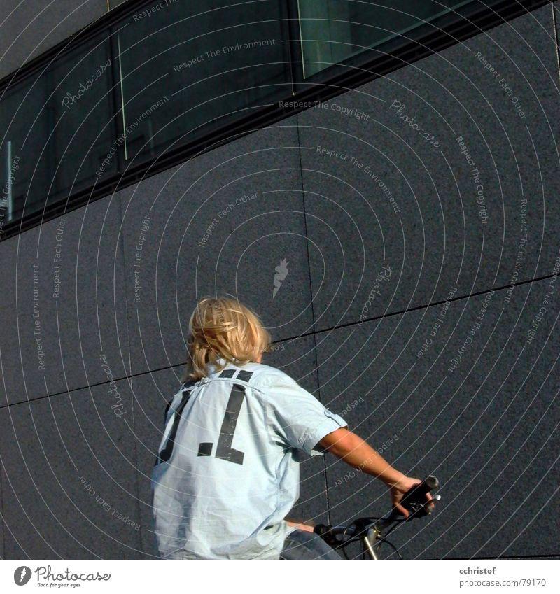 gegen die wand blau Haus Wand Spielen Junge grau Bewegung Fahrrad Geschwindigkeit Bankgebäude stoßen Dickkopf Moderne Architektur