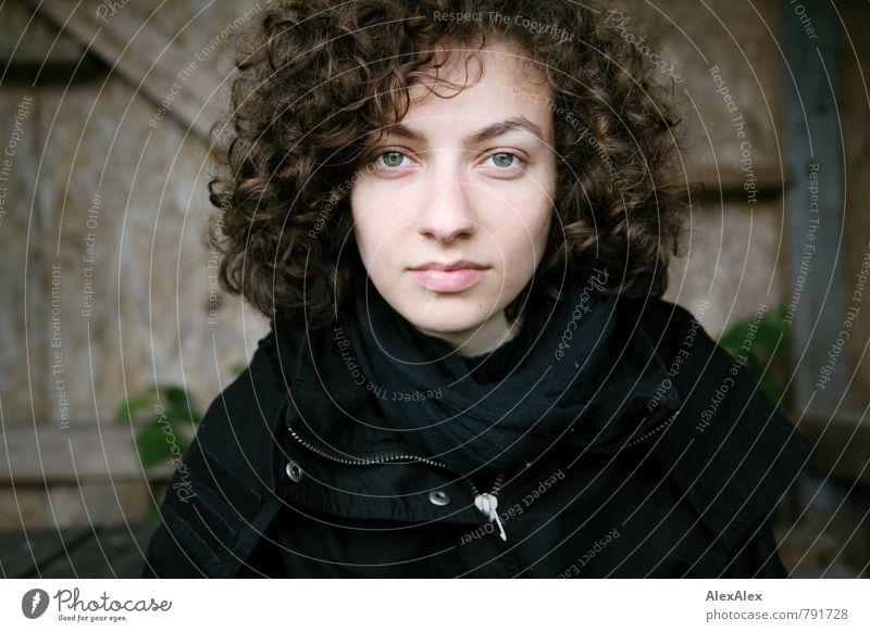 Alle sind ihr Fan! Ausflug Junge Frau Jugendliche Kopf Haare & Frisuren 18-30 Jahre Erwachsene Pflanze Außenaufnahme Holzhütte Jacke Schal brünett langhaarig