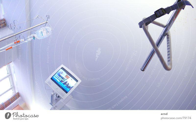 NaCl-TV Krankenhaus Krankenbett Medikament Therapie Dinge Eingriff Krankheit Gesundheitswesen Fernseher Langeweile kochsalzlösung infusion präoperativ