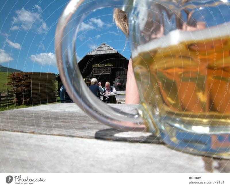 endlich Mittag Bier Schaum blond Österreich wandern Pause Tisch Gischt Mittagspause Bergwiese Sommer Ferien & Urlaub & Reisen Bierglas Wolken Berge u. Gebirge