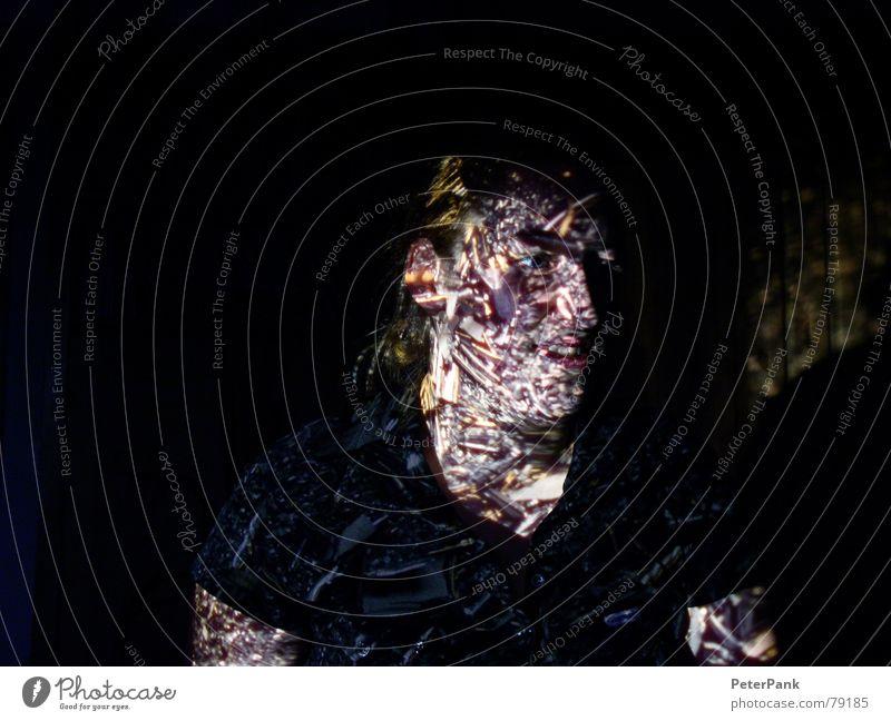stenni Licht Frau Nacht dunkel schwarz blond Porträt Dia-Projektor Innenaufnahme Fototechnik hell Schatten Auge blau Nase Loch Mund Gesicht Kopf light shade