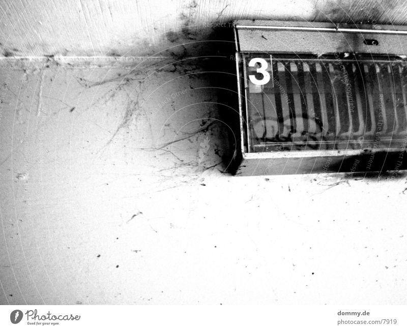 .:3:. Ziffern & Zahlen Gitter Langzeitbelichtung Unterführung Schwarzweißfoto kaz