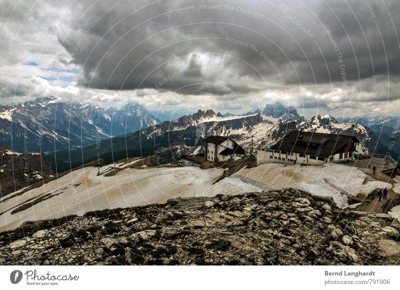 Der kleine Lagazuoi am Falzarego Pass. wandern Natur Landschaft Urelemente Himmel Wolken Horizont Sonnenlicht Sommer Schnee Felsen Alpen Berge u. Gebirge Gipfel