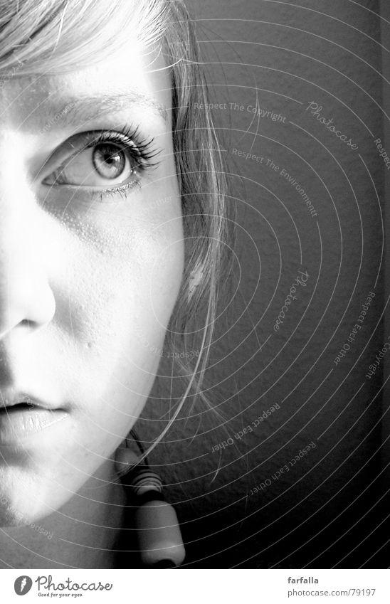 Der Blick in die Zukunft ungewiss Frau Porträt Sehnsucht Licht woman Auge Gesicht Schatten black + white view Schwarzweißfoto face eye