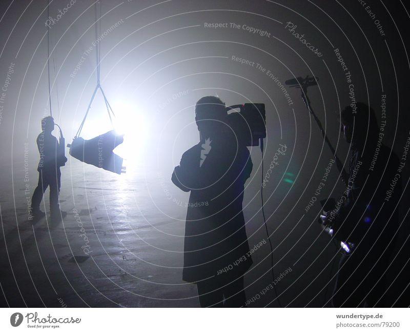 weiter im Text 1 Video Dreharbeit geschlossen Performance Fotokamera Lichtfleck Digitalkamera Filmmaterial Erkundung Fotografie schwarz grau 3 Mann Gegenlicht