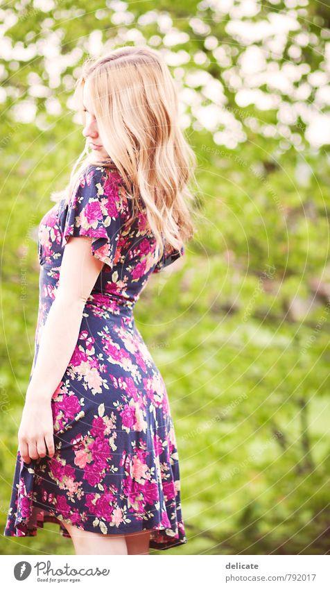 Summertime Sadness Mensch Frau Natur Jugendliche grün Baum Junge Frau Mädchen 18-30 Jahre Erwachsene Leben Traurigkeit Gefühle feminin Haare & Frisuren Mode