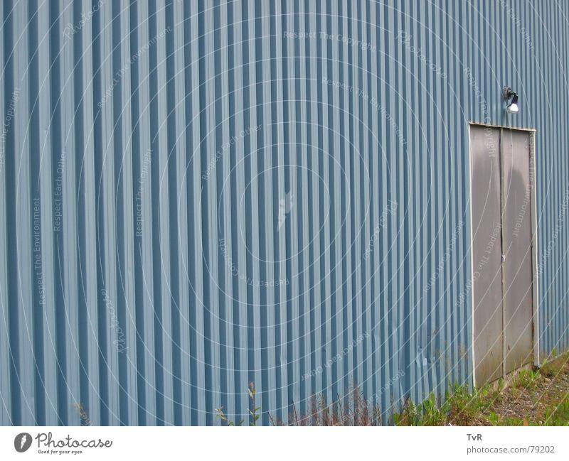 Tür Wellblech Wand Lampe Eingang Zugang Detailaufnahme blau Ende