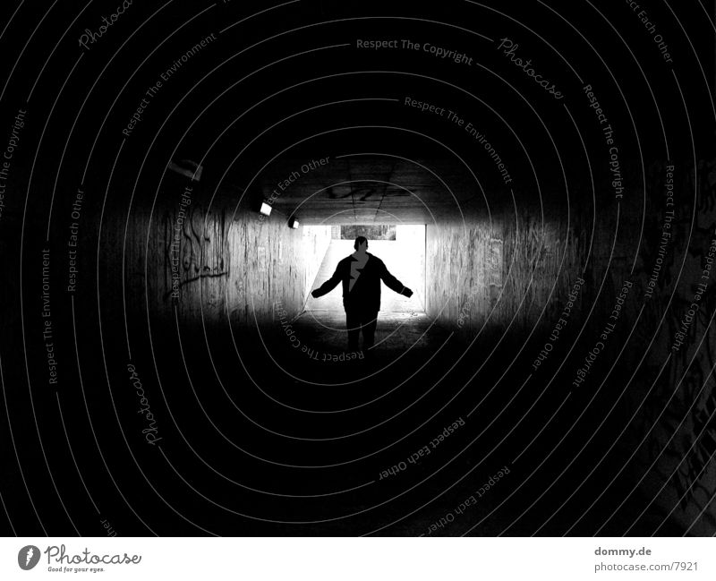 Das Licht am ende des Tunnels Langzeitbelichtung grafiti Schwarzweißfoto Mensch Arme kaz