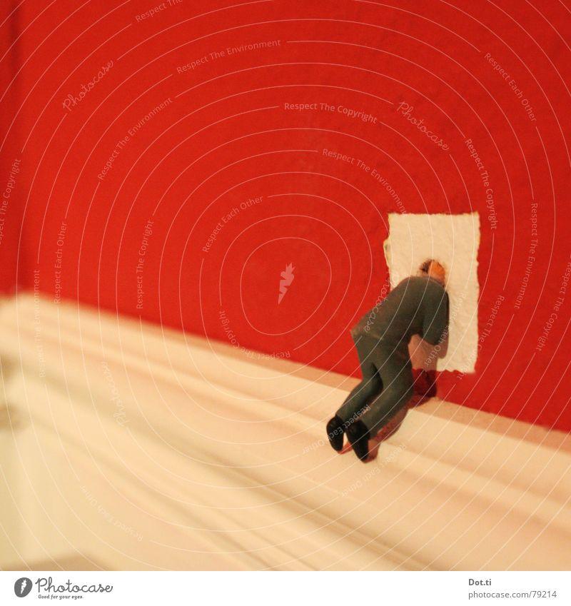 let's break through Mann weiß Erwachsene Wand Mauer klein außergewöhnlich Angst verrückt Neugier Loch Verzweiflung skurril Figur Flucht Panik
