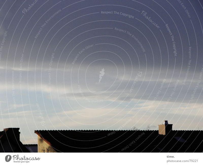 Schlafwandler's Paradise Himmel Einsamkeit Wolken Herbst Gebäude einfach Dach Fernweh Abenddämmerung Schornstein Abendsonne Wolkenhimmel Göttingen