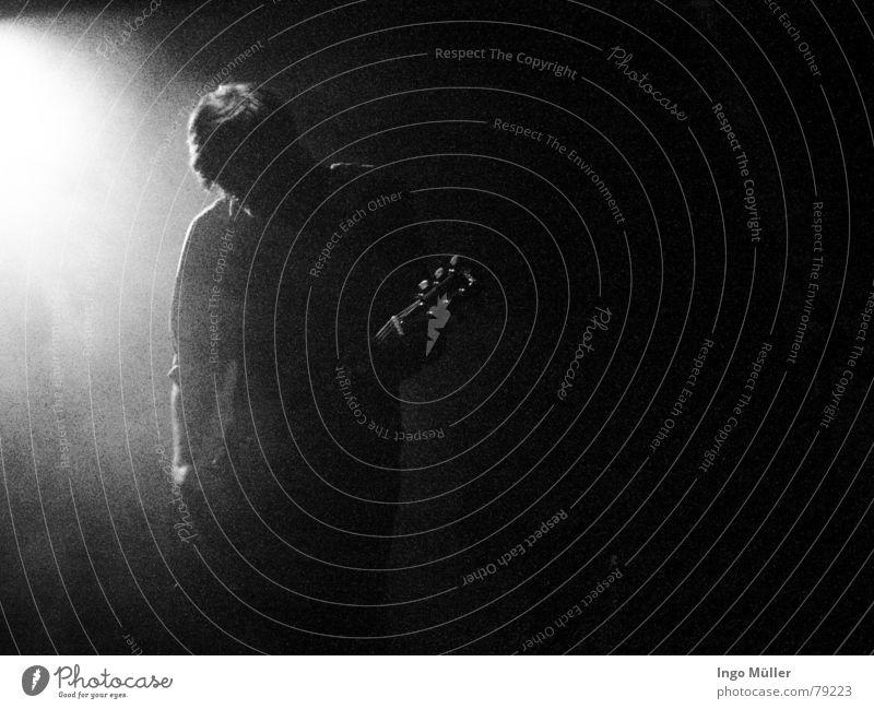 Lichtspiel akustisch schwarz dunkel Show alternativ Spielen Lied Elektrogitarre Lichteinfall Scheinwerfer musizieren Konzert Rockmusik Musikinstrument hell crn