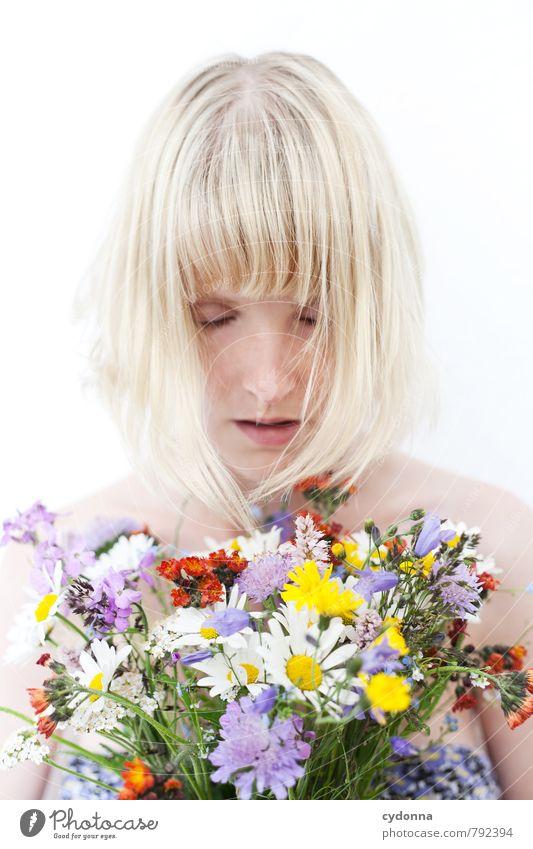 Blumen Mensch Natur Jugendliche Pflanze schön Erholung Junge Frau Blume ruhig 18-30 Jahre Erotik Erwachsene Leben Gefühle Frühling Gesundheit