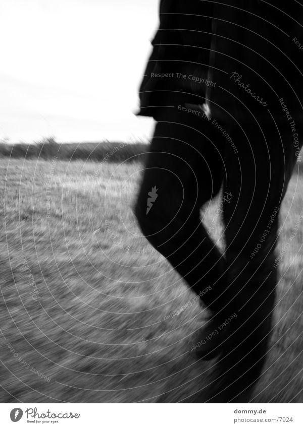 .:stillstand:. Bewegungsunschärfe Feld Gras Langzeitbelichtung Beine laufen Schwarzweißfoto kaz