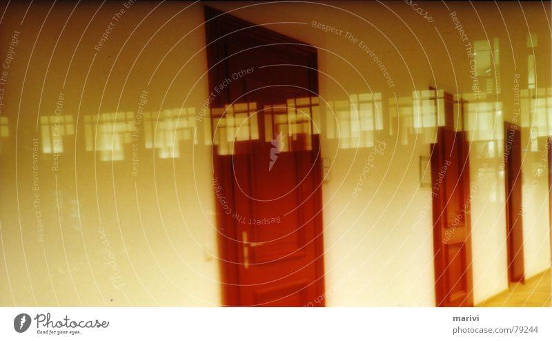 Schöner Unfall in Rot Doppelbelichtung rot gelb Fenster Nacht Schielen Flur erinnern verstört Wunschwelt Durchgang Etage Wachtraum ruhig Traumwelt