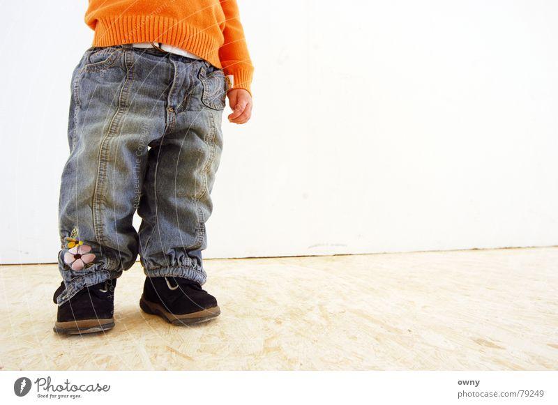 Soffi Kind Hand Mädchen Blume Wand Mauer Fuß Schuhe klein Jeanshose Bodenbelag Hose Bauch Hippie Gürtel Holzfußboden
