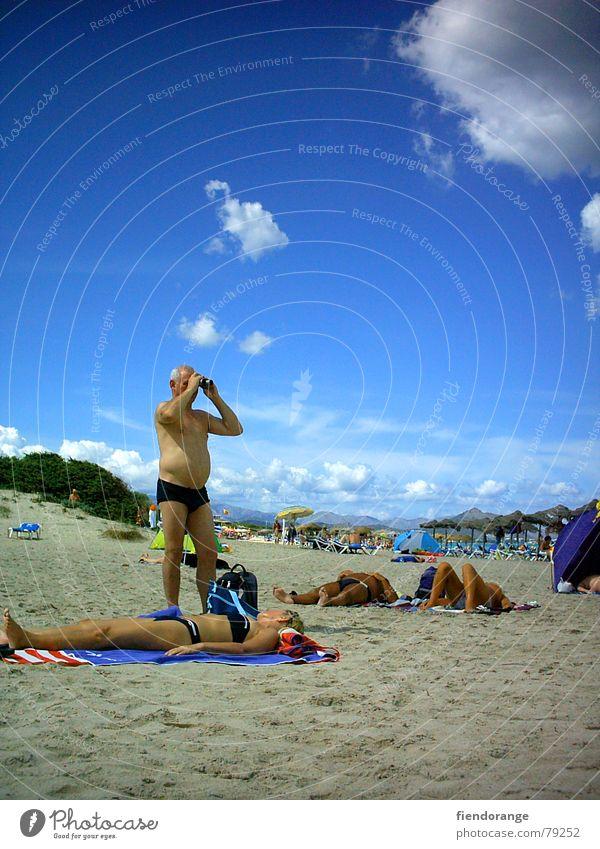 fernblick Ferien & Urlaub & Reisen Sommer Strand Wolken Freiheit Sand Freizeit & Hobby liegen Zukunft Konzentration Aussicht Voyeurismus Fernglas