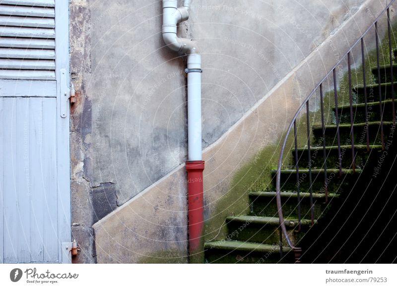 dies und das alt blau Einsamkeit Haus Wand grau Mauer dreckig Wohnung Ordnung Treppe verrückt trist verfallen Geländer diagonal