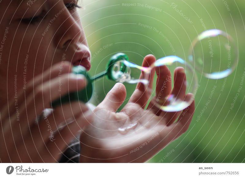 Seifenblasen Junge Familie & Verwandtschaft 1 Mensch 3-8 Jahre Kind Kindheit Blase platzen Spielen authentisch rund grün Lebensfreude Leidenschaft Sympathie