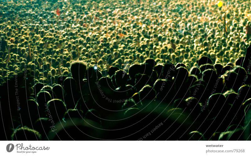 Publikum Konzert Nacht Licht Meer Mensch dunkel Freude Musik Deutschland heads crowd gedränge Menschenmenge Kopf audience night light zuhörerschaft Scheinwerfer