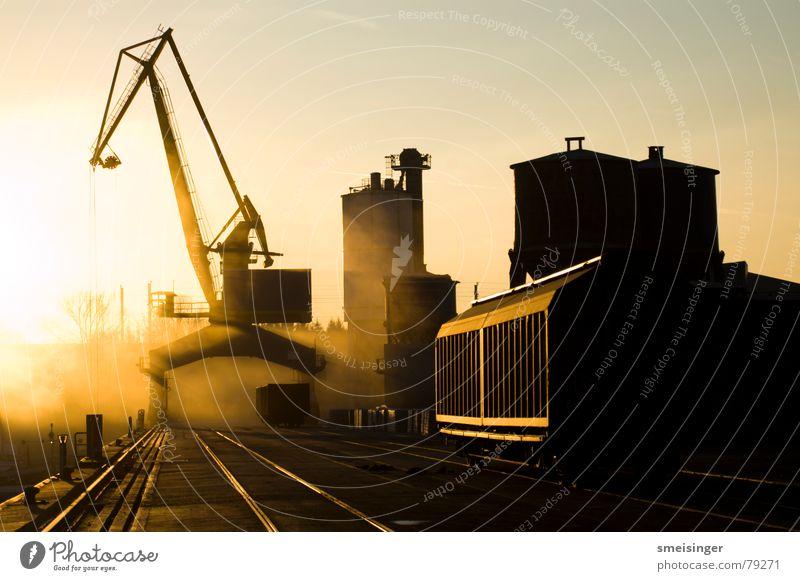 industrial romance #2 Himmel Sonne schwarz Farbe dunkel Stimmung Industrie Hafen Anlegestelle Schifffahrt Kran Abenddämmerung Staub Sonnenuntergang Ware