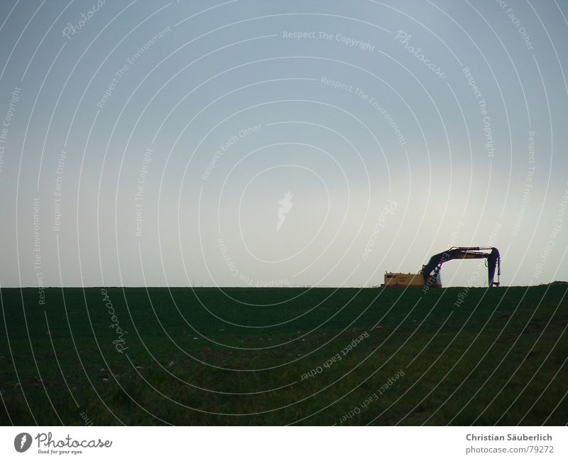 Der traurige Bagger Natur Himmel grün blau Sommer Wolken Einsamkeit dunkel kalt Wiese Gras hell Feld Industrie trist Rasen