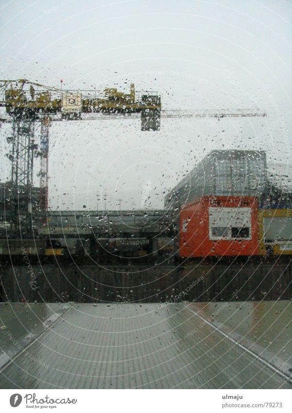 Regenscheibe grau Regen Wassertropfen nass Hamburg Industrie trist Baustelle Hafen Fensterscheibe Kran Container trüb Glasscheibe Industrielandschaft