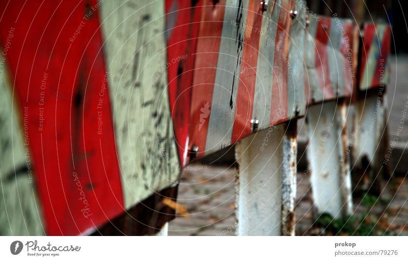Besoffen nach Hause alt Straße Angst Schilder & Markierungen kaputt Hinweisschild Wut Müdigkeit Reihe Rost chaotisch Warnhinweis Alkoholisiert Panik Ärger