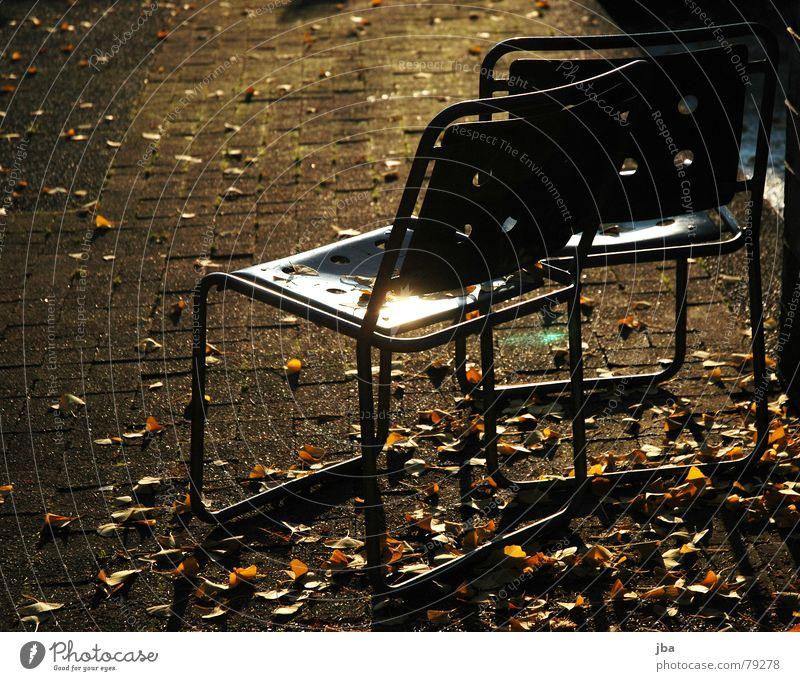 einsam und zerstreut Eisenstangen Hocker Stuhl Loch Abendsonne gelb Blatt Herbst Winter kalt Physik Reflexion & Spiegelung Möbel zurückwerfen Metall liegen
