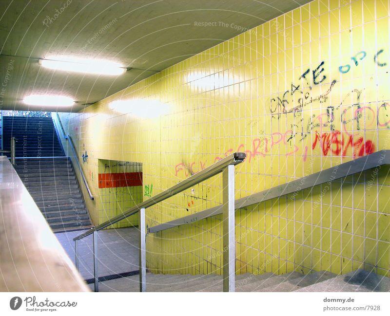 Underground gelb Treppe Geländer Neonlicht Untergrund Unterführung