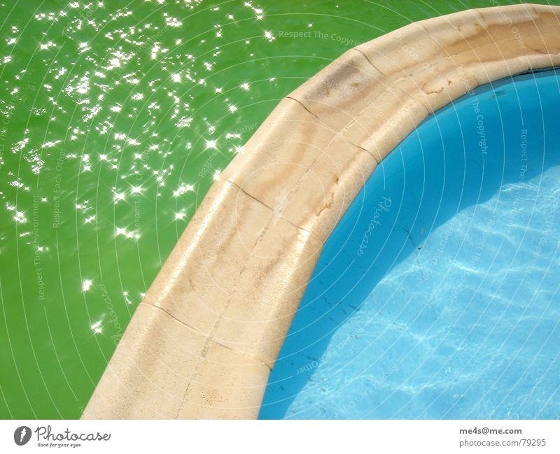 Getrübte Badefreude blau Wasser grün Ferien & Urlaub & Reisen Sommer Stein glänzend Schwimmbad Steg Erfrischung Algen Enttäuschung Abtrennung Süßwasser