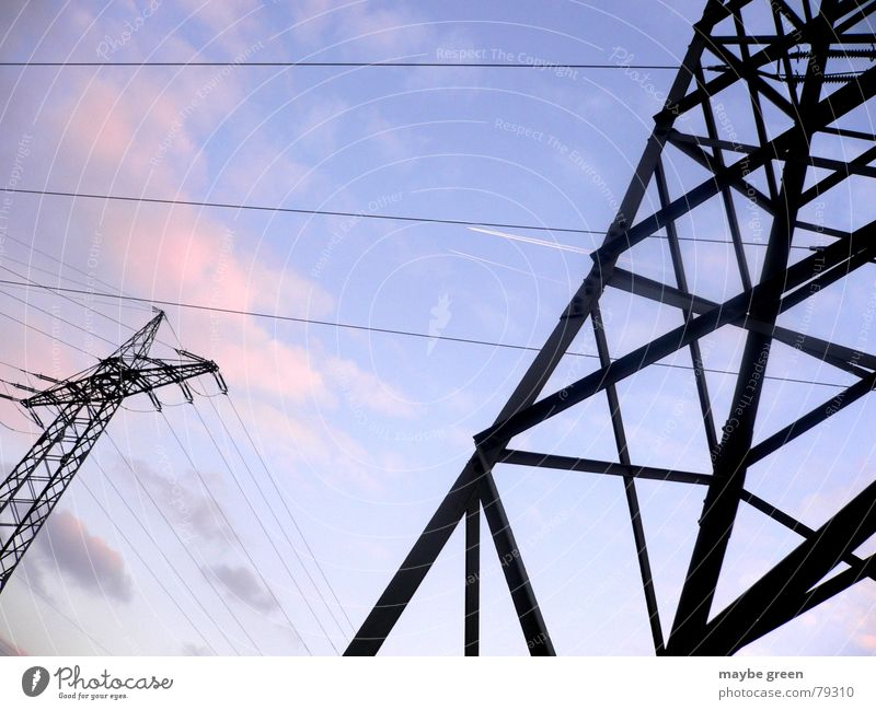 high voltage Natur Himmel blau Wolken dunkel hell rosa hoch Industrie Energiewirtschaft Elektrizität Kabel Medien Verbindung Stahl