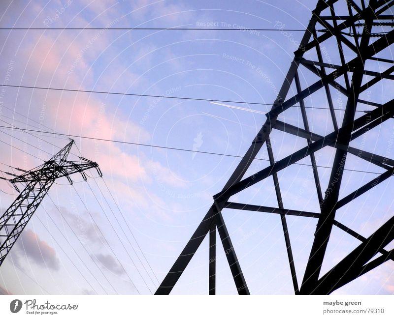 high voltage Versorgung rosa Wolken dunkel Leitung Strommast Elektrizität Stahl nebeneinander Hochspannungsleitung Himmel Energiewirtschaft Stromausfall