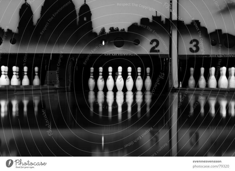 Die Pins? Bowlingbahn Kegeln 2 3 Parkett Sport schwarz dunkel 23 trist kegelspiel Schwarzweißfoto
