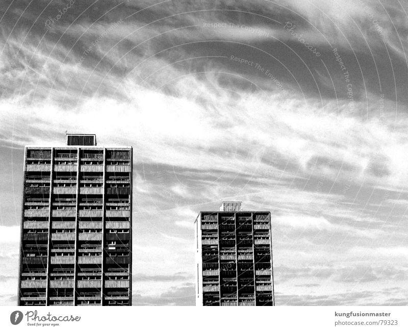 Sozialbau in Edinburgh Himmel Wolken Fenster Wohnung Armut Hochhaus Plattenbau Schottland Edinburgh