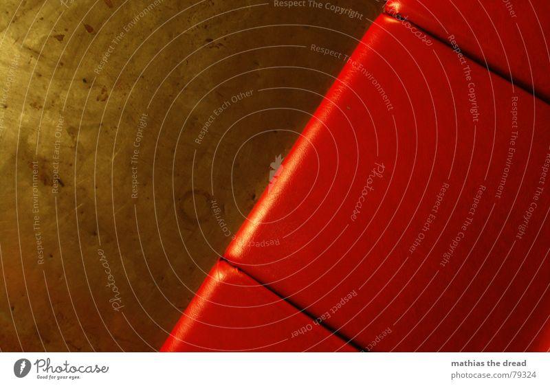 setzen bitte! rot Einsamkeit schwarz Wand Tod Linie Metall glänzend verrückt leer Stuhl Dinge Kunststoff Club Möbel Sitzgelegenheit