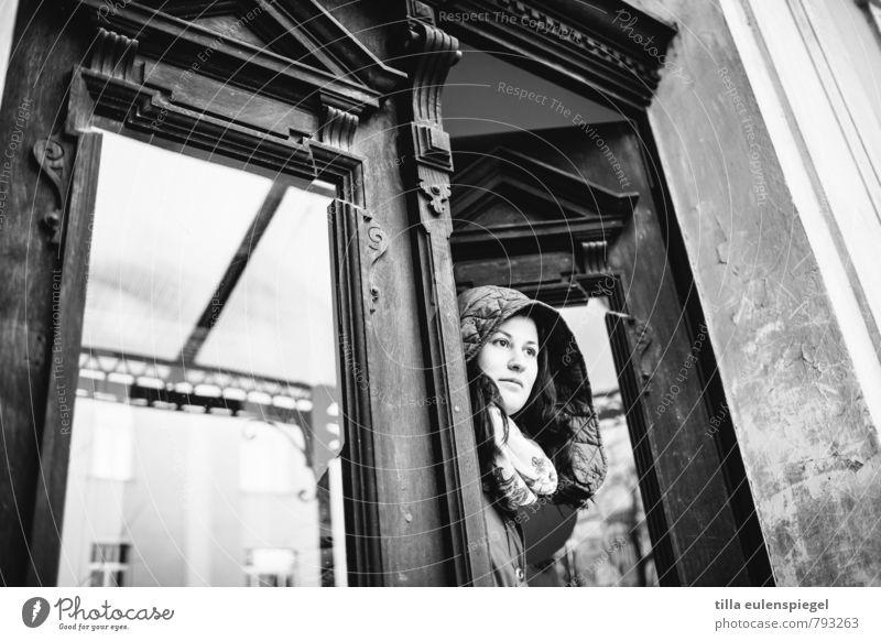 Die Tage, an denen man nicht vor die Tür will feminin Junge Frau Jugendliche Erwachsene Leben 1 Mensch 18-30 Jahre Altstadt Haus Gebäude Jacke Mantel Kapuze