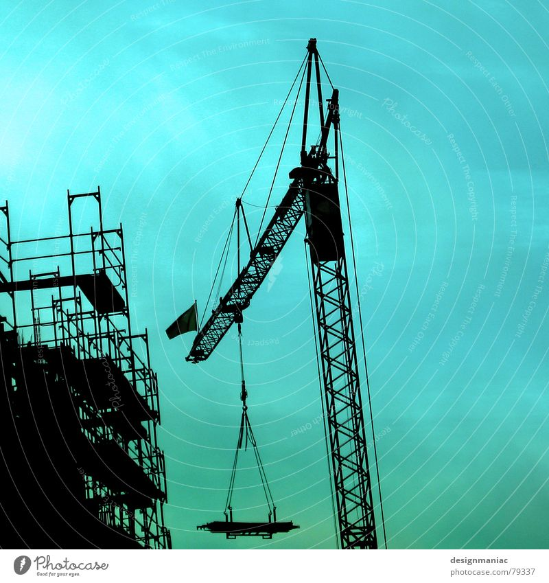 Windschief Himmel grün blau Winter Haus schwarz Wolken kalt Arbeit & Erwerbstätigkeit Wand oben Mauer hell dreckig Deutschland Wind