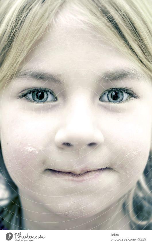 luise synthetisch Mädchen klein Kind blond Physik langhaarig winzig Porträt Dekoration & Verzierung schön Spielen schwarz Licht Zugang Blick fixieren Hippie