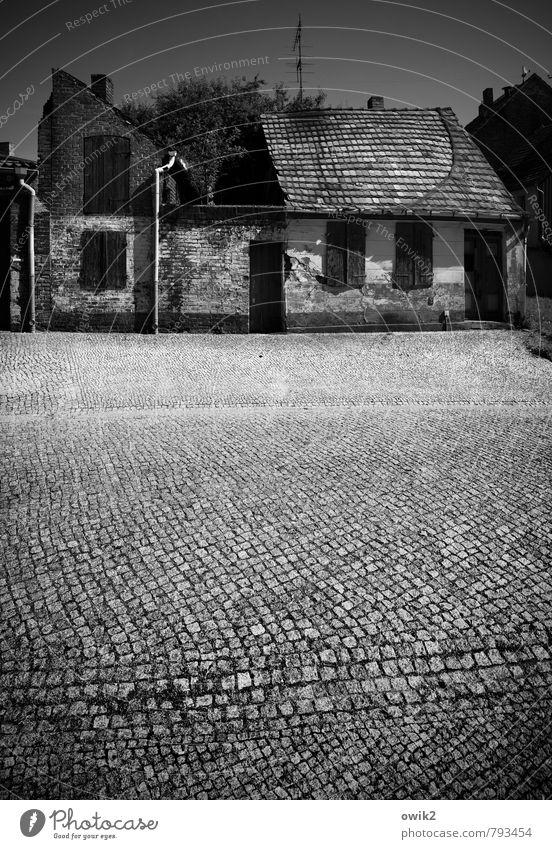 Gegenüber Häusliches Leben Wohnung Haus Kleinstadt Menschenleer Bauwerk Gebäude Fassade Fenster Tür Dach Antenne Straße Kopfsteinpflaster Rinnstein alt