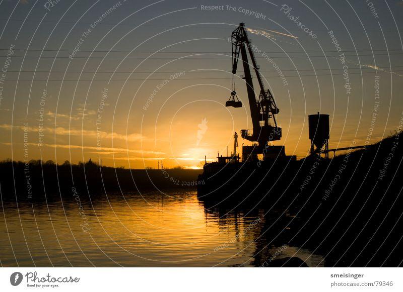 industrial romance #3 Wasser Himmel Sonne schwarz Farbe dunkel Stimmung Industrie Fluss Hafen Anlegestelle Schifffahrt Kran Abenddämmerung Staub Ware