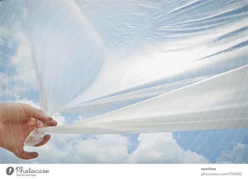 festhalten Kind Kindheit Hand Finger Himmel Wolken Frühling Sommer Schönes Wetter Kunststoff blau Plastikplane Plastikfolie Farbfoto Außenaufnahme Experiment