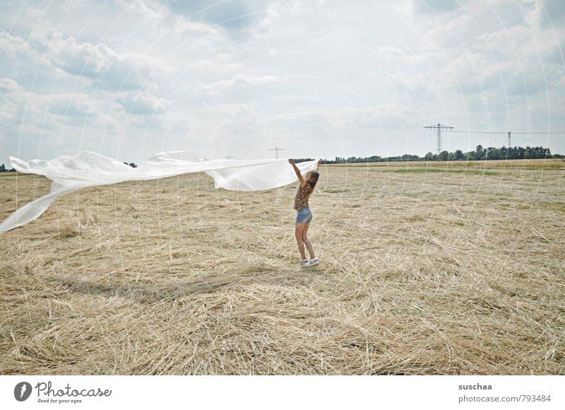 die flatter machen Mensch Himmel Kind Natur Sommer Landschaft Wolken Mädchen Umwelt feminin Feld Körper wild Wind Kindheit frei