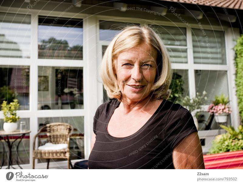 Gartenparty? Frau Ferien & Urlaub & Reisen alt Sommer Erholung Blume Erwachsene Senior feminin sprechen Glück lachen Zufriedenheit blond Sträucher