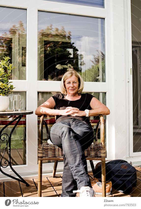 Frau entspannt auf Terrasse Lifestyle Zufriedenheit Erholung ruhig Ferien & Urlaub & Reisen Häusliches Leben Wohnung Garten feminin Weiblicher Senior