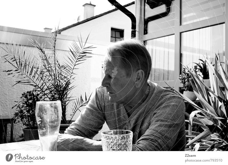 bayerische Gemütlichkeit Mann alt Pflanze Erholung ruhig Senior Denken Garten maskulin Idylle blond 60 und älter genießen Getränk T-Shirt Männlicher Senior
